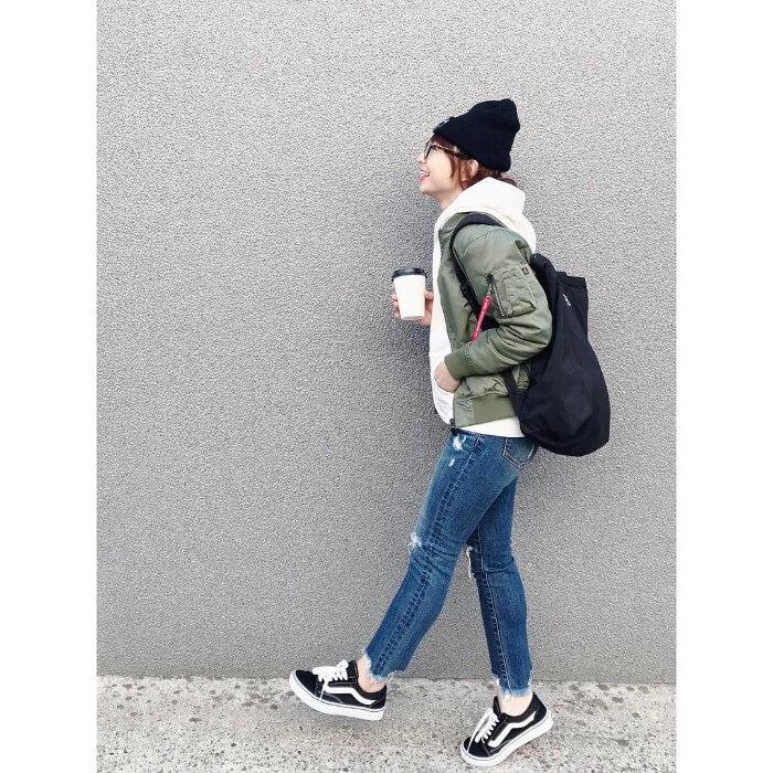 黒ニット帽×カーキブルゾン×パーカーのコーデ画像