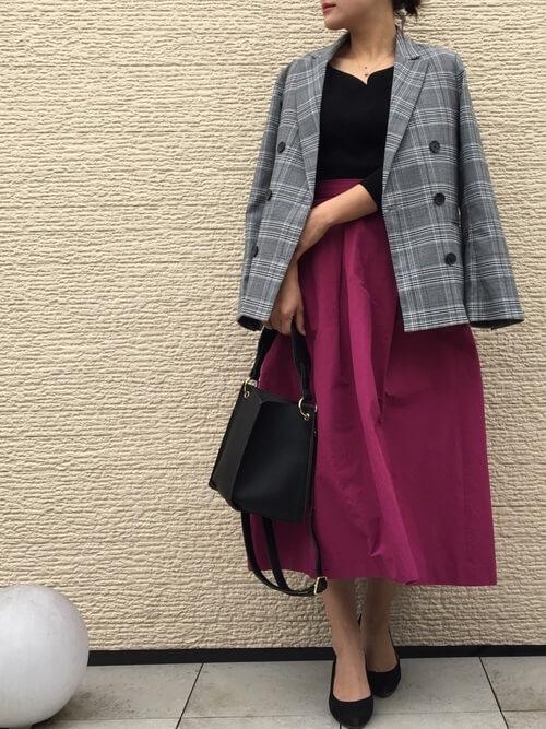 グレージャケット×パープルフレアスカートのコーデ画像