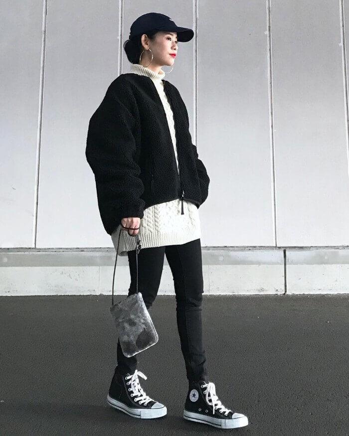 黒ボアブルゾン×白ニット×黒スキニーのコーデ画像