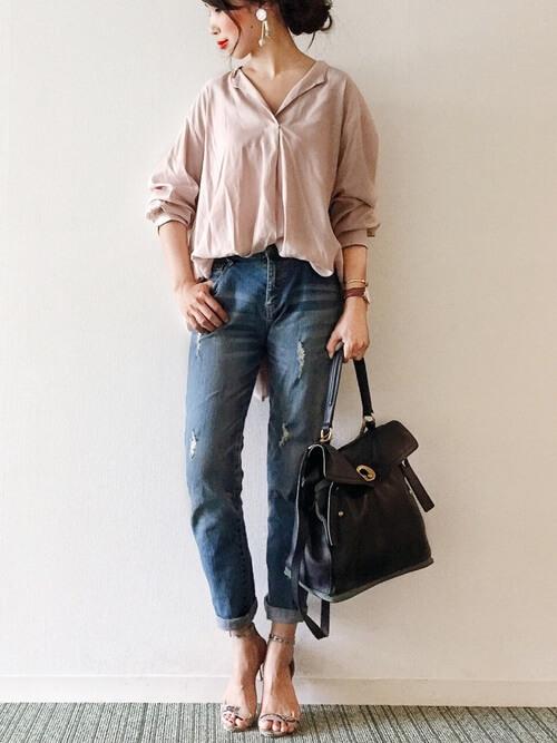 ピンクシャツ×スキニーデニム×黒バッグのコーデ画像