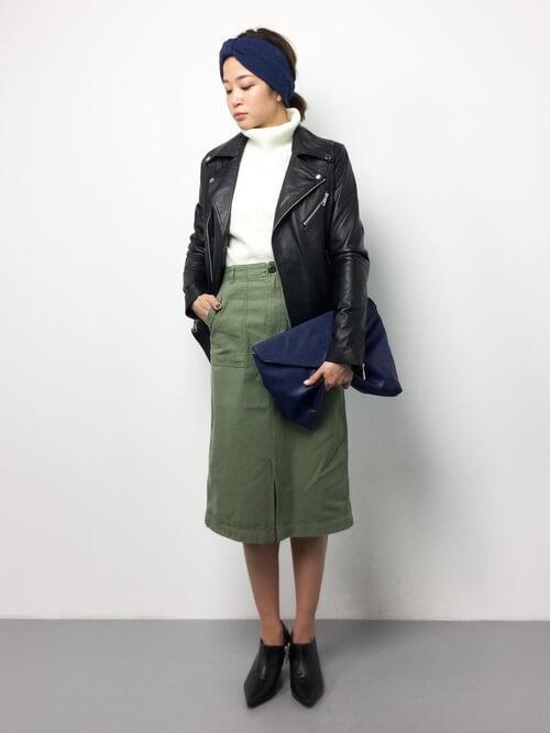 ソフトカーキタイトスカート×レザージャケットのコーデ画像