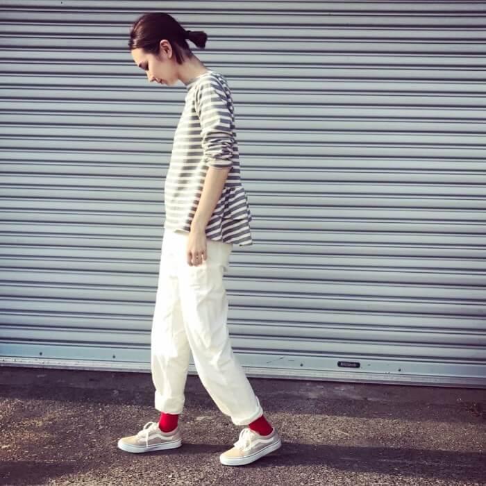 ボーダートップス×白パンツ×赤ソックス×スニーカーのコーデ画像