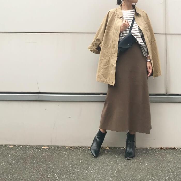 ベージュオーバーサイズジャケット×茶色フレアスカートのコーデ画像