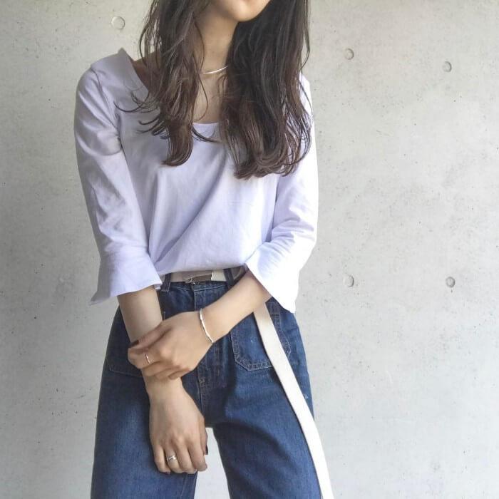 フェミニン白ロングTシャツ×デニムのコーデ画像