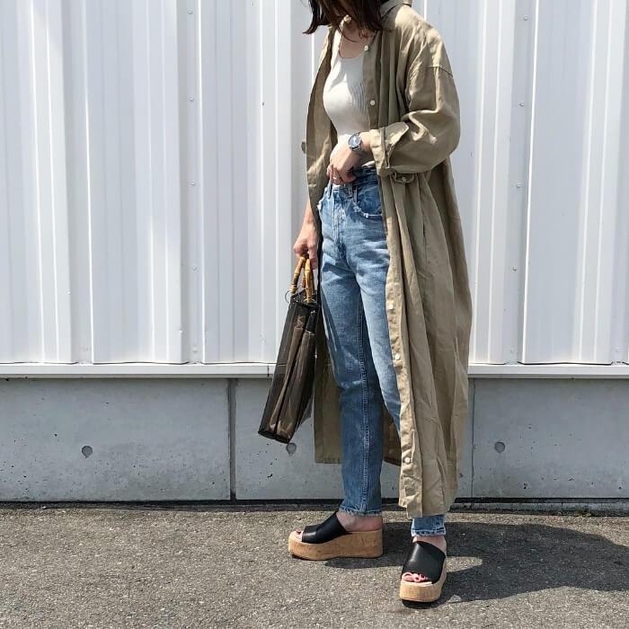 ベージュシャツワンピース×ジーンズのコーデ画像