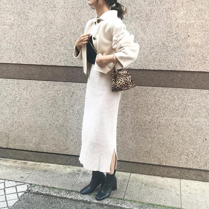 リブニットのスリットロングスカートとオフホワイトのショート丈コートのコーデ画像
