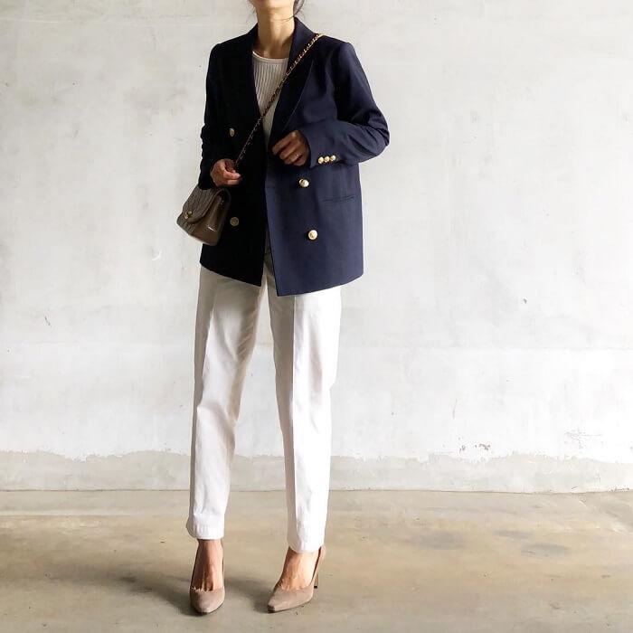 紺ブレ×白アンクルパンツのコーデ画像