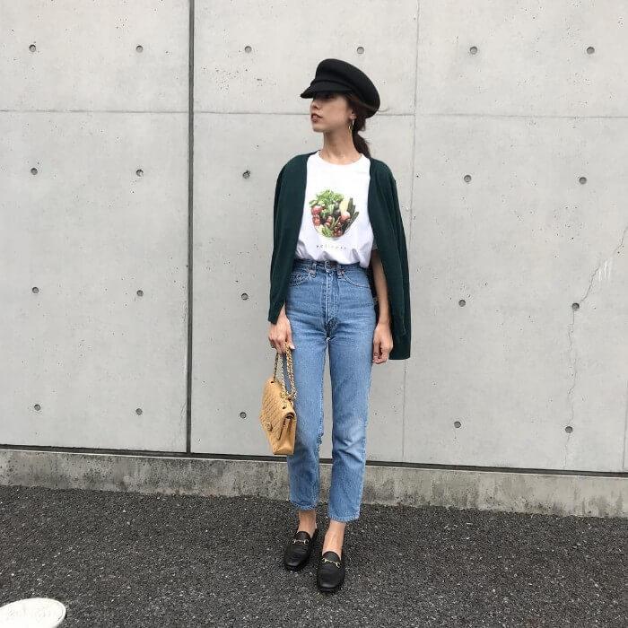 グリーンカーディガン×白Tシャツ×デニムのコーデ画像