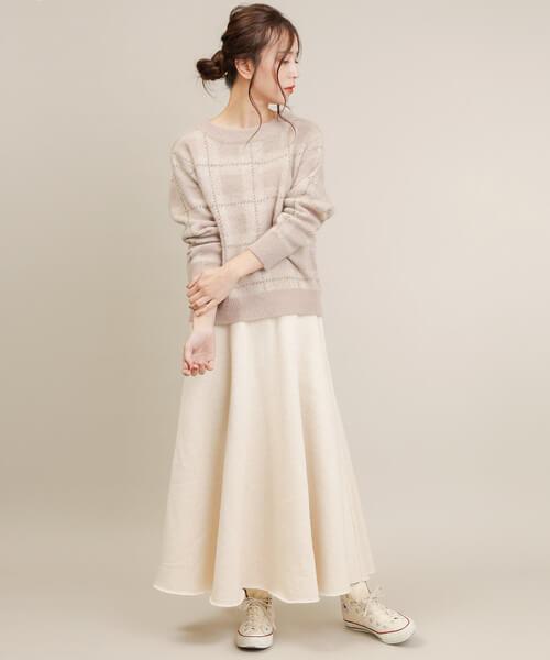 スウェットロングスカート×白コンバースのコーデ画像