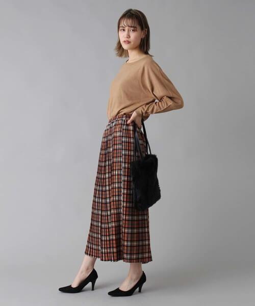 茶色タータンチェック柄プリーツスカート×ベージュニットのコーデ画像