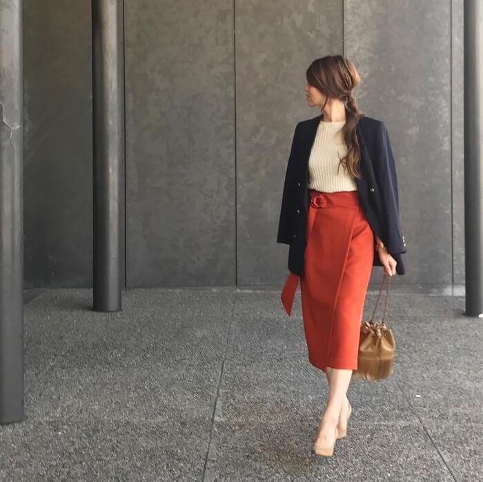 紺テーラードジャケット×rレッドのタイトスカートのコーデ画像