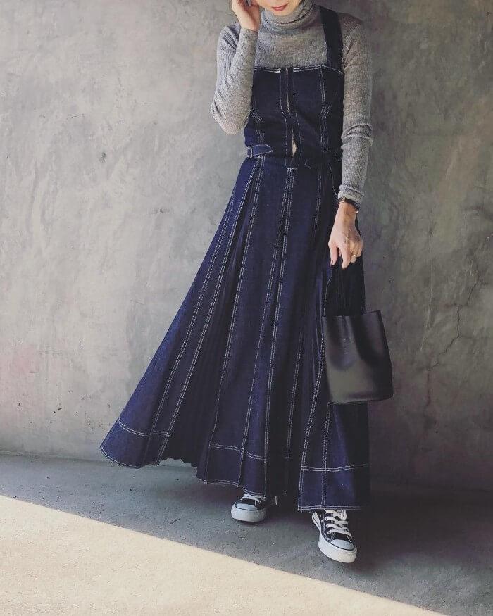 デニムジャンパースカート×タートルネックインナーのコーデ画像