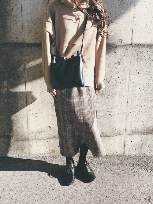 茶色パーカー×グレンチェックスカートのコーデ画像