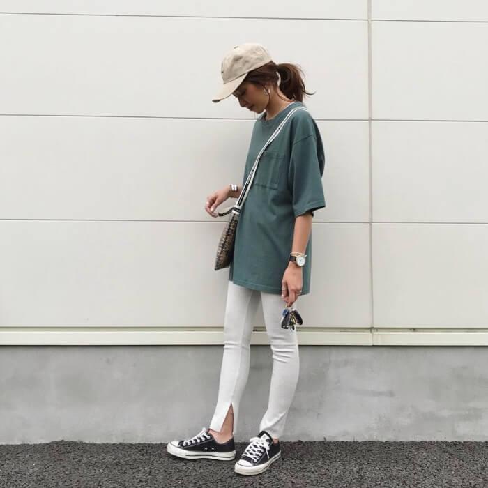 カーキTシャツ×グレーレギンスのコーデ画像