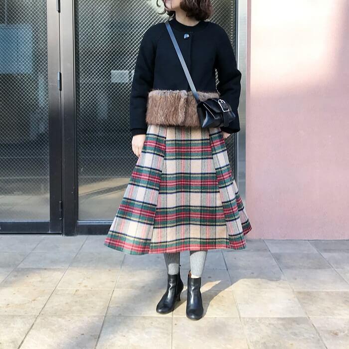 黒ファーコート×ベージュチェックフレアスカートのコーデ画像
