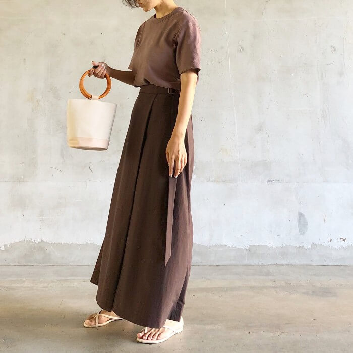 ブラウンの無地Tシャツ×ブラウンロングスカートのコーデ画像