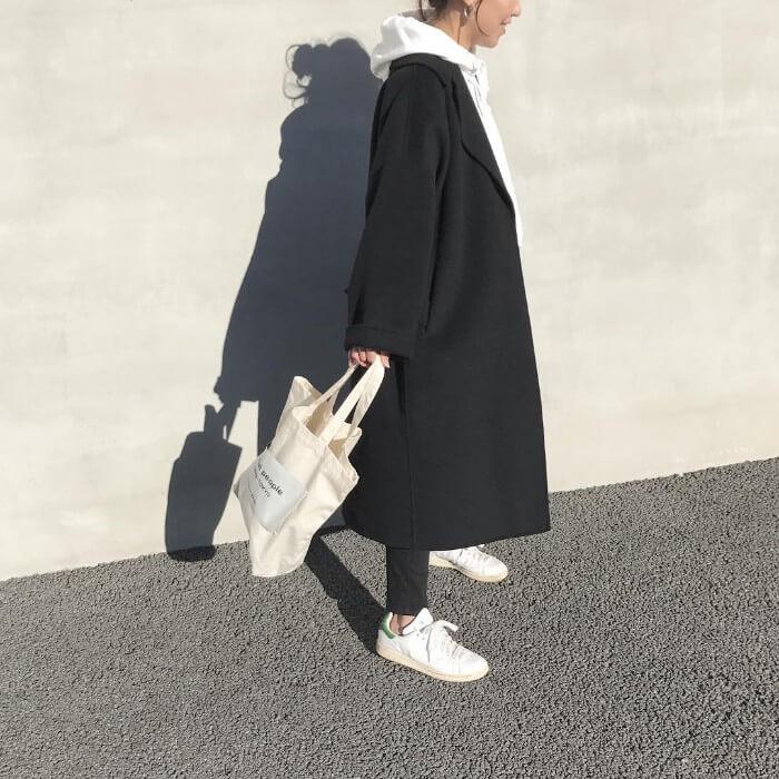 白パーカー×黒チェスターコートのコーデ画像