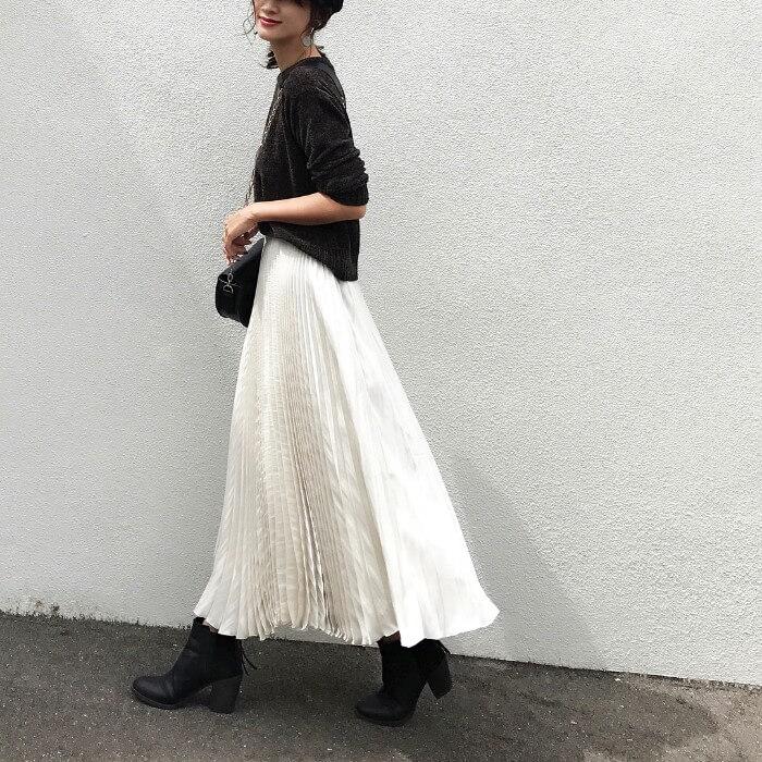 白ロングプリーツスカート×オリーブ色トップス×ショートブーツ