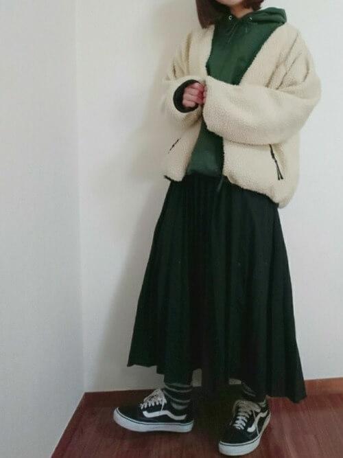 緑パーカー×ショート丈ボアブルゾンのコーデ画像