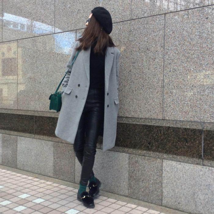 黒ビットローファー×グリーン靴下のコーデ画像