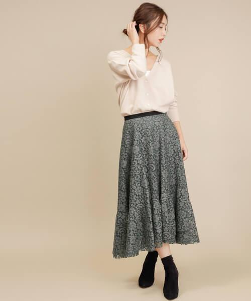白カーディガン×グレーレースフレアスカートのコーデ画像