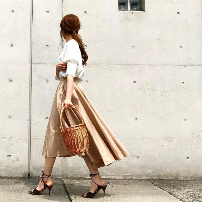 白トップス×ベージュテールスカート×かごマルシェバッグのコーデ画像