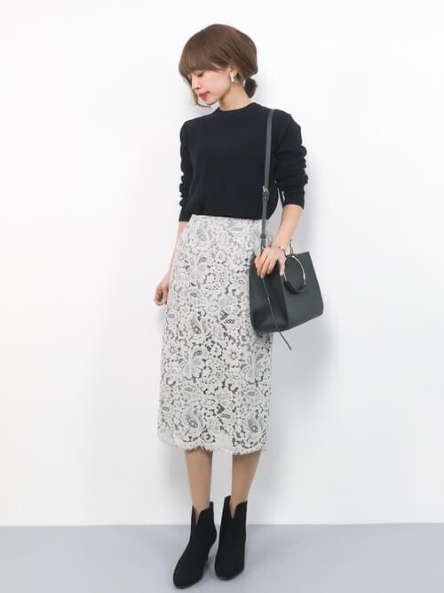 黒ニット×ライトグレーレースタイトスカートのコーデ画像
