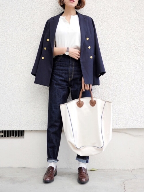 茶色コインローファー×白靴下×ジャケットの靴下コーデ画像