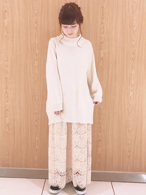 白ニットチュニック×ベージュレースフレアスカートのコーデ画像