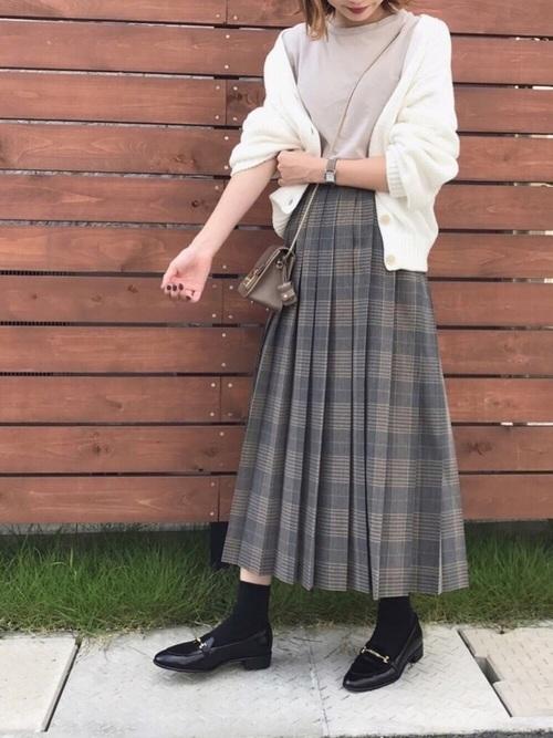 グレンチェックのプリーツスカートとホワイトのカーディガンのコーデ画像