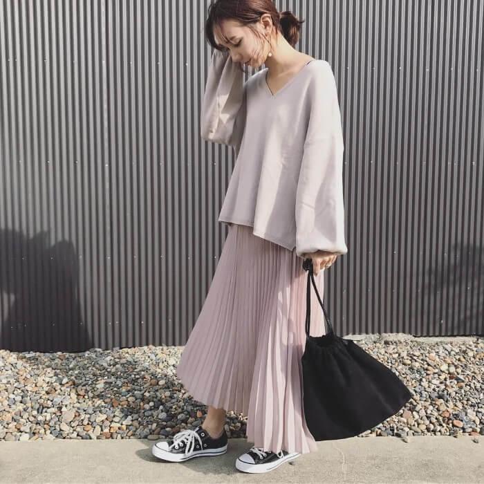 ベージュピンクのプリーツスカート×ベージュトップスのコーデ画像
