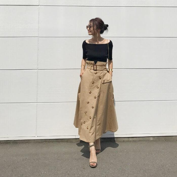 黒スクエアネックカットソー×ベージュトレンチスカートのコーデ画像