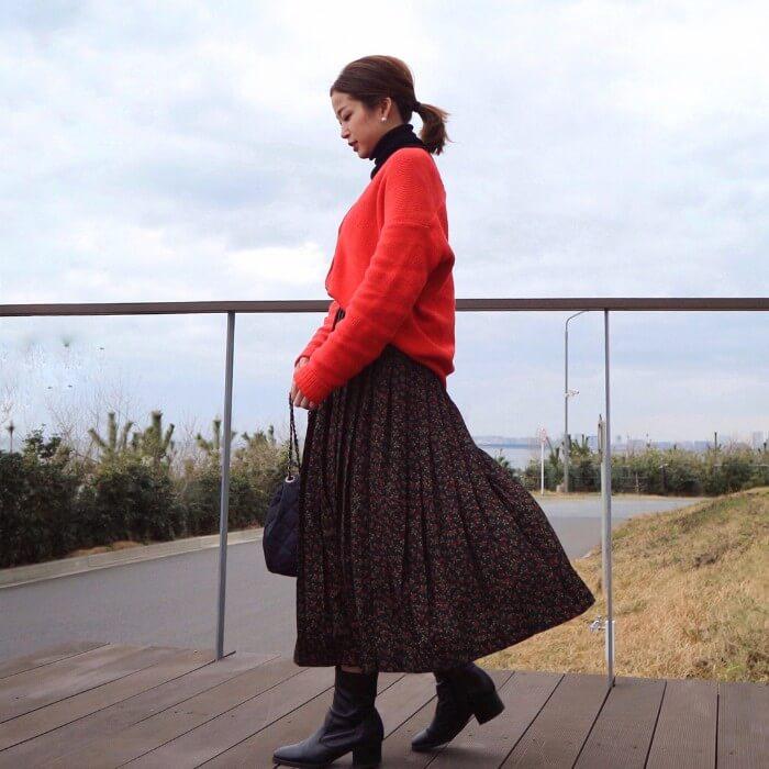 花柄フレアスカート×赤ニットのコーデ画像
