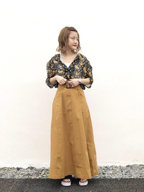 アロハシャツとベージュのフレアスカートのコーデ画像