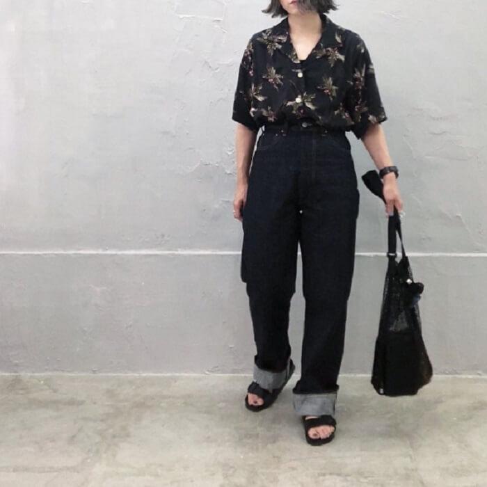 黒のアロハシャツとインディゴブルーのデニムパンツのコーデ画像