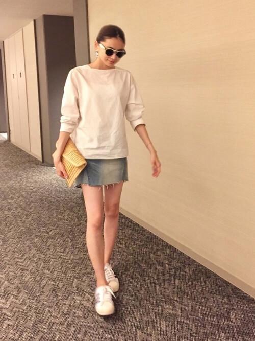 ミニ丈デニムスカート×白スウェットのコーデ画像