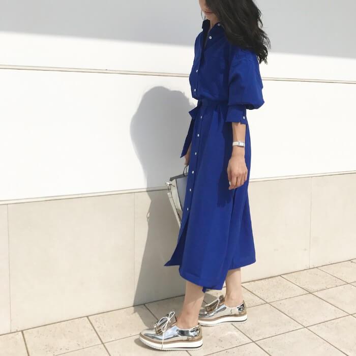 ベルト付きブルーシャツワンピース×シルバーシューズのコーデ画像