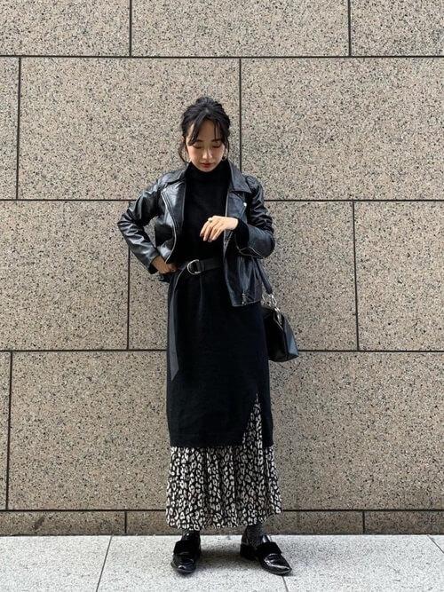 ライダースジャケット×ニットワンピ×レオパードスカートのコーデ画像
