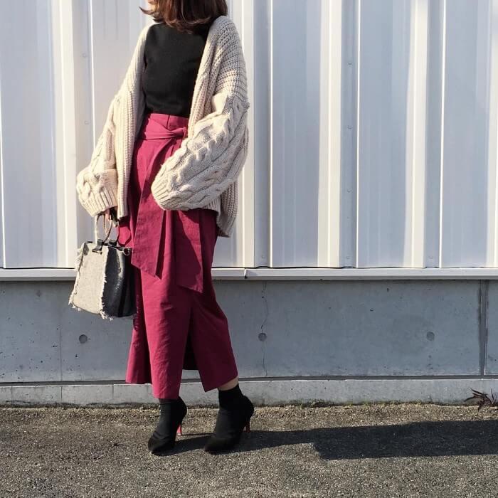 アイボリーニットガウン×ワインレッドタイトスカートのコーデ画像