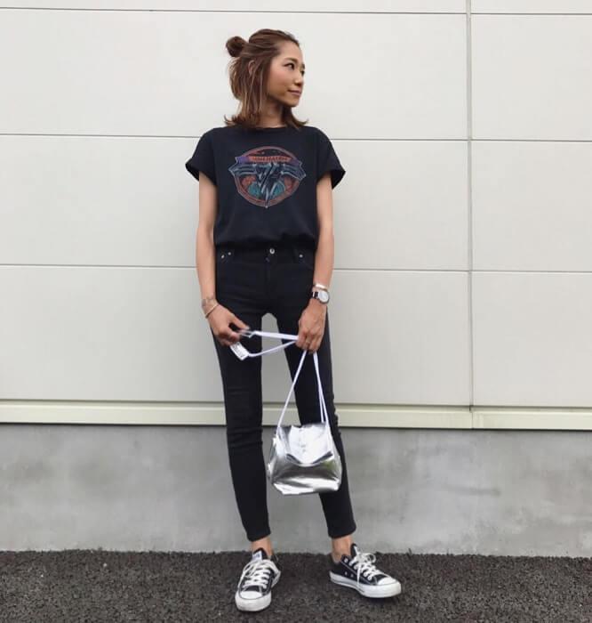 黒プリントTシャツ×黒スキニーのコーデ画像