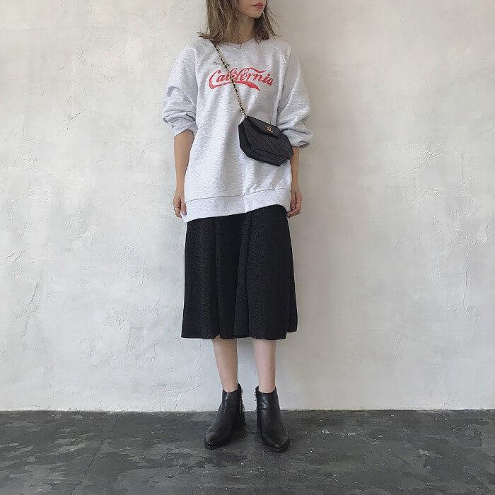 ロゴ入りスウェット×ミモレ丈黒スカートのコーデ画像