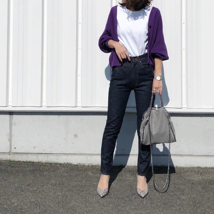 白Tシャツ×紫カーディガンのコーデ画像