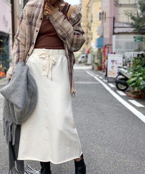 スウェットロングスカート×ネルシャツのコーデ画像