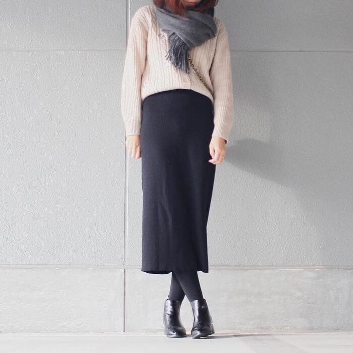 黒ロングタイトスカート×ストールアレンジのコーデ画像