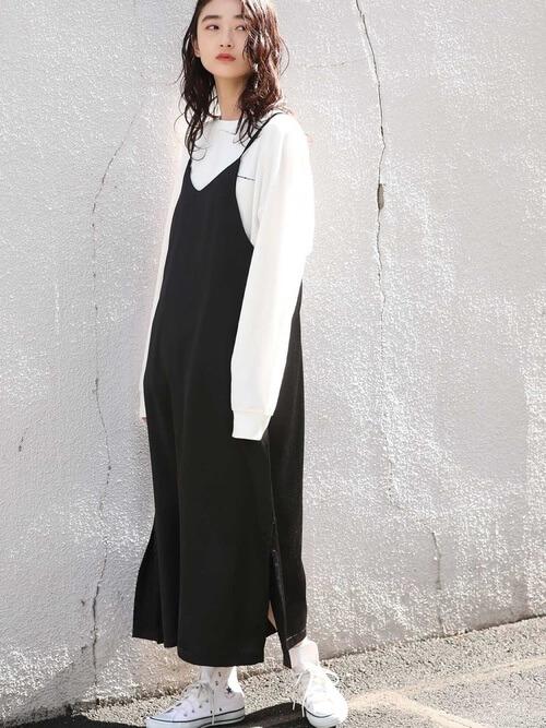 黒のキャミワンピ×白のロンTのコーデ画像