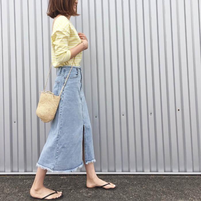 薄色デニムフレアスカート×レモン色トップスのコーデ画像