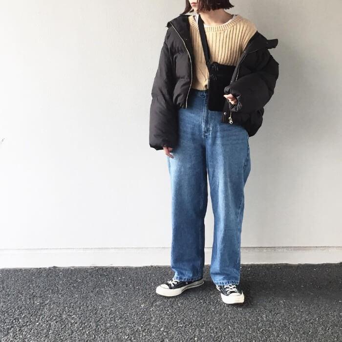 ショート丈ダウンジャケット×古着風デニムのコーデ画像