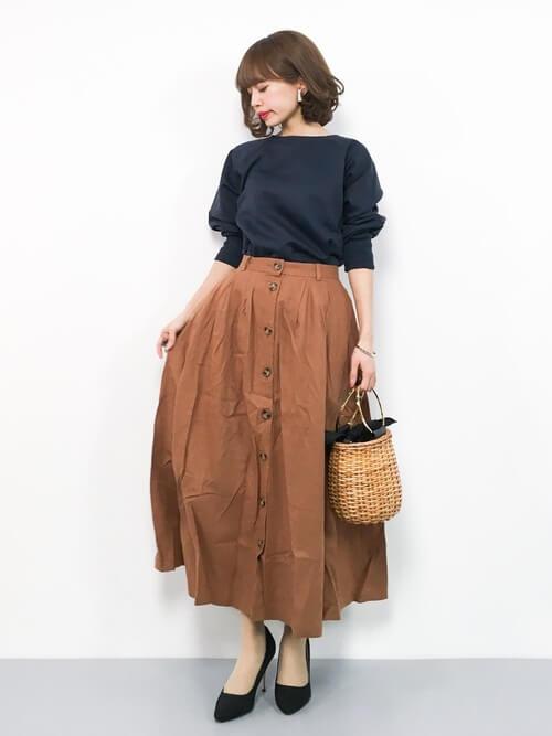 ネイビースウェットとトレンチ風スカートのコーデ画像