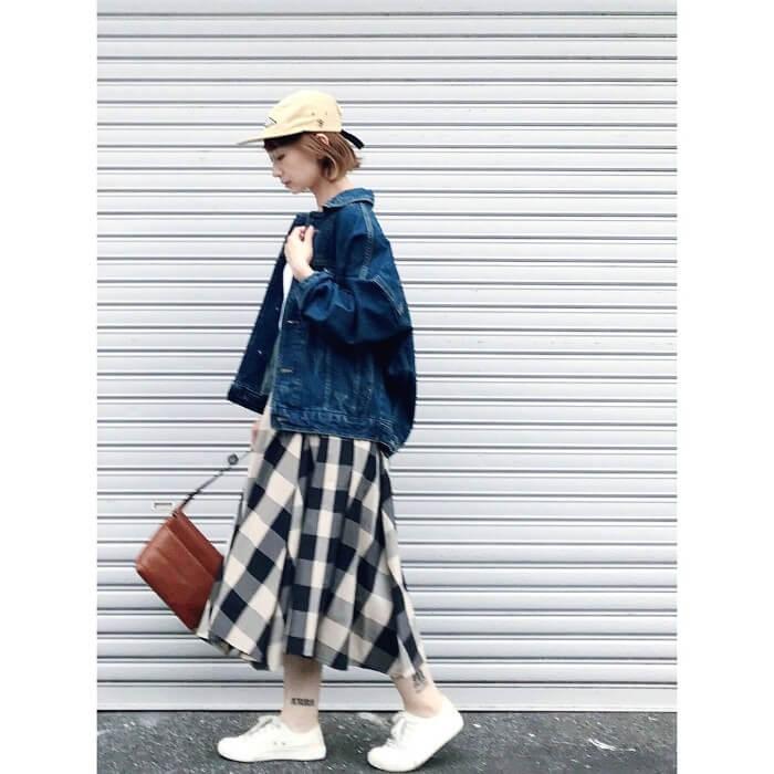ギンガムチェックスカート×デニムジャケットのコーデ画像