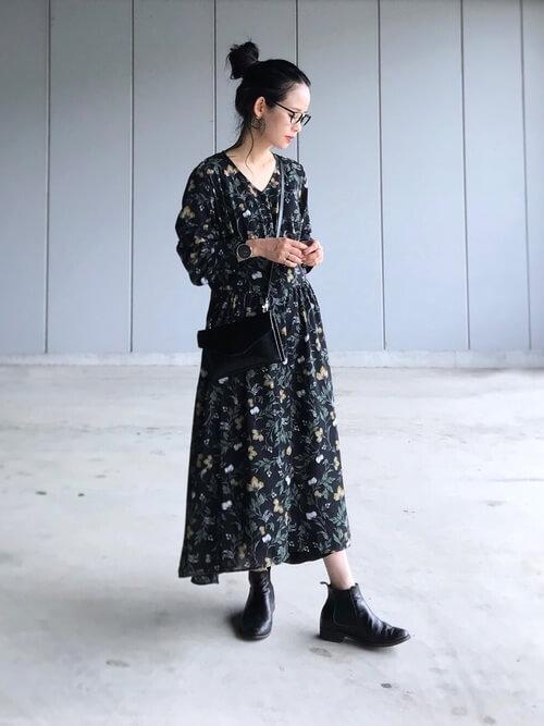 ネイビー花柄ワンピース×黒ショートブーツのコーデ画像